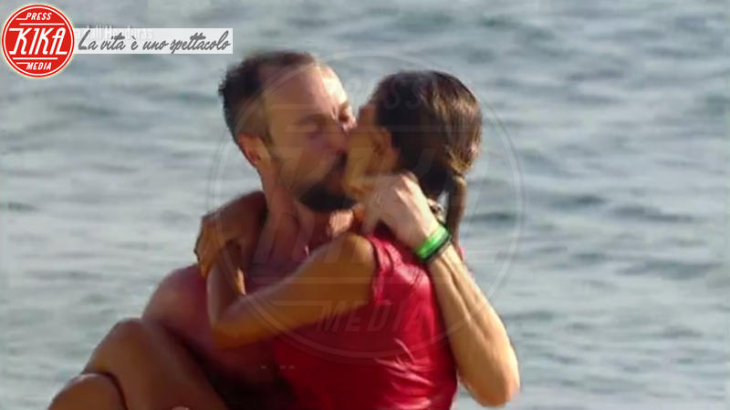 Flavio Montrucchio, Alessia Mancini - Honduras - 13-03-2018 - Isola dei Famosi: il bacio subacqueo tra Mancini e Montrucchio