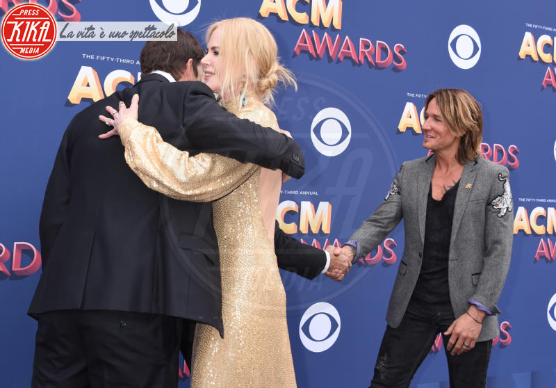 Keith Urban, Ashton Kutcher, Nicole Kidman - Las Vegas - 15-04-2018 - Nicole Kidman regina country: abito dorato e schiena scoperta