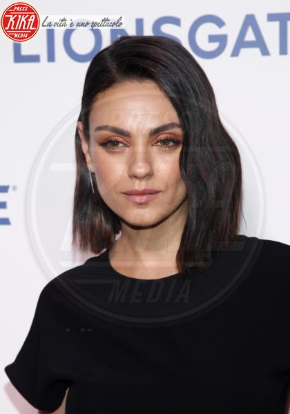 Mila Kunis - Las Vegas - 26-04-2018 - Blake Lively: pantaloni? No grazie, sotto la giacca... niente!