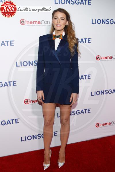 Blake Lively - Las Vegas - 26-04-2018 - Blake Lively: pantaloni? No grazie, sotto la giacca... niente!