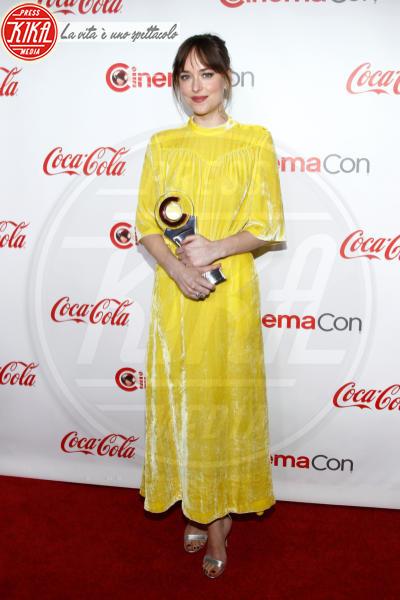 Dakota Johnson - Las Vegas - 26-04-2018 - Blake Lively: pantaloni? No grazie, sotto la giacca... niente!