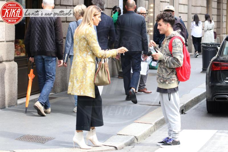 Martina Colombari - Milano - 17-05-2018 - Martina Colombari, cuore d'oro con un venditore ambulante