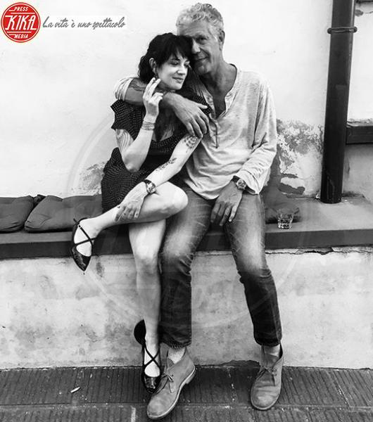 Anthony Bourdain, Asia Argento - Los Angeles - 04-02-2018 - Asia Argento bacia Corona: