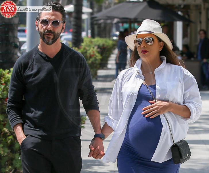 Jose Baston, Eva Longoria - Beverly Hills - 07-06-2018 - Dolce è l'attesa...sotto l'ombrellone