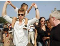 Angelina Jolie, Brad Pitt - Mumbai - 24-10-2007 - E' crisi tra Angelina Jolie e Brad Pitt: lei si ubriaca, lui la riprende in pubblico