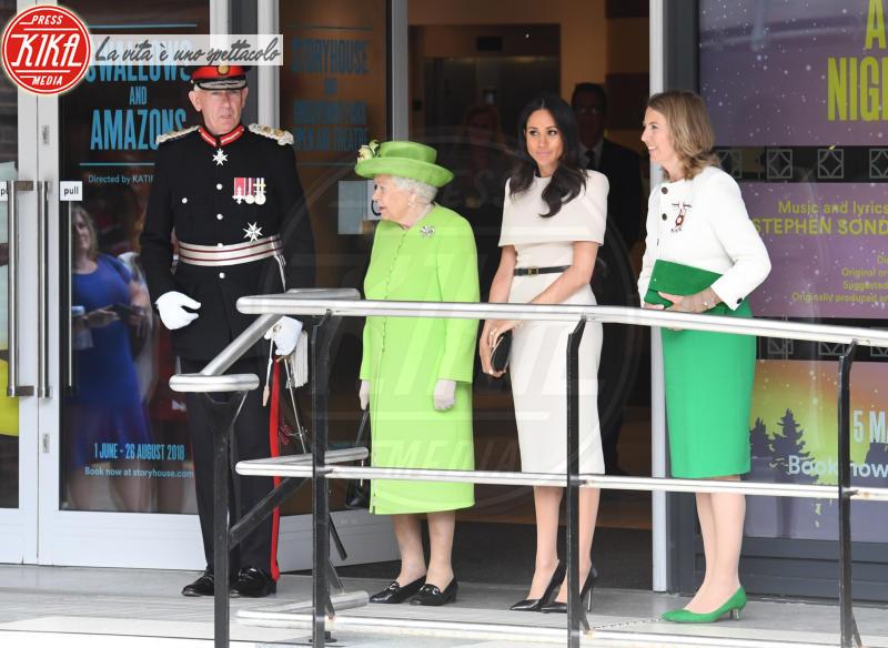 Meghan Markle, Regina Elisabetta II - Manchester - 14-06-2018 - Chi lo indossa meglio? Meghan Markle e Angelina Jolie