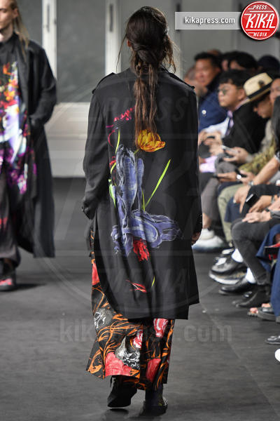 Sfilata Yohji Yamamoto, Model - Parigi - 21-06-2018 - PFW, Yohji Yamamoto veste i suoi uomini di fiori