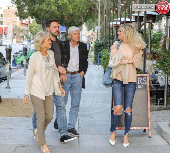 Robert A. Shookus, Christine N. Shookus, Lindsay Shookus, Ben Affleck - Santa Monica - 23-06-2018 - La storia si fa seria: Ben Affleck conosce i genitori di Lindsay