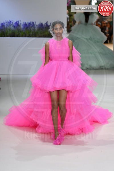 Sfilata Giambattista Valli, Model - Parigi - 02-07-2018 - Jennifer Lopez e Chiara Ferragni, chi lo indossa meglio?
