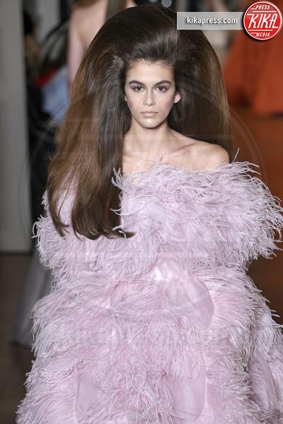 Kaia Gerber, Sfilata Valentino, Model - Parigi - 04-07-2018 - Lady Gaga e Kaia Gerber: chi lo indossa meglio?