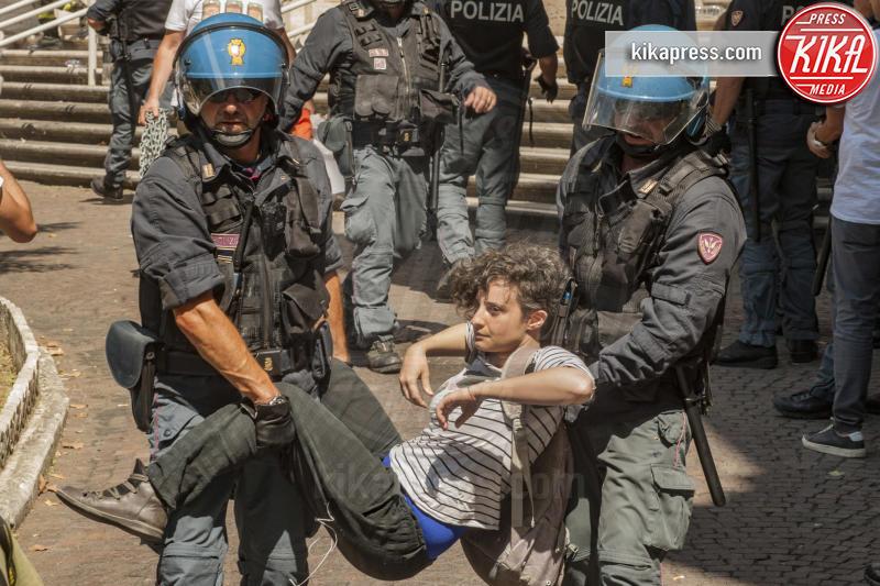 Manifestazione Restiamo Umani - Roma - 11-07-2018 - Restiamo Umani occupa la scalinata del Ministero dei Trasporti
