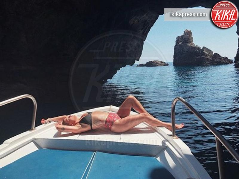 Emma Marrone - Sardegna - 12-07-2018 - Estate vip 2018: Elisabetta Canalis, sex appeal a 360 gradi