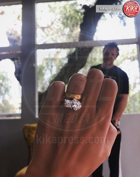 Emily Ratajkowski - 12-07-2018 - Emily Ratajkowski mostra l'enorme anello di fidanzamento