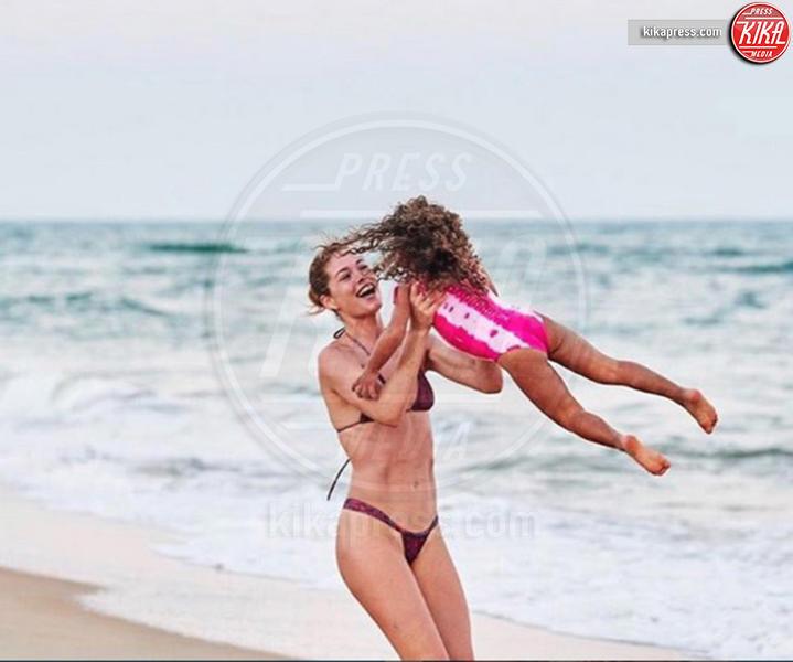 12-07-2018 - La mamma più sexy in spiaggia? È lei, la riconosci?
