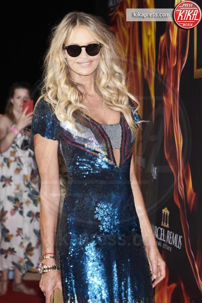Elle Macpherson - Mallorca - 02-08-2018 - Paillettes, spalline, loghi in vista: bentornati anni '80!