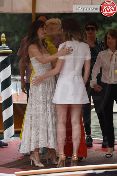 Dakota Johnson, Luca Guadagnino, Tilda Swinton - 01-09-2018 - Il tenero abbraccio Dakota Johnson e Tilda Swinton