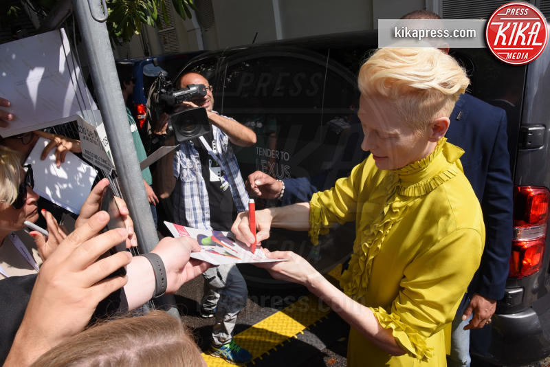 Tilda Swinton - 01-09-2018 - Il tenero abbraccio Dakota Johnson e Tilda Swinton