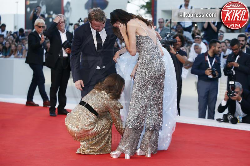 Natalie Porman, Raffey Cassidy, Stacy Martin, Brady Corbet - Venezia - 04-09-2018 - Venezia 75: Natalie Portman, un trionfo di paillettes... dorate!