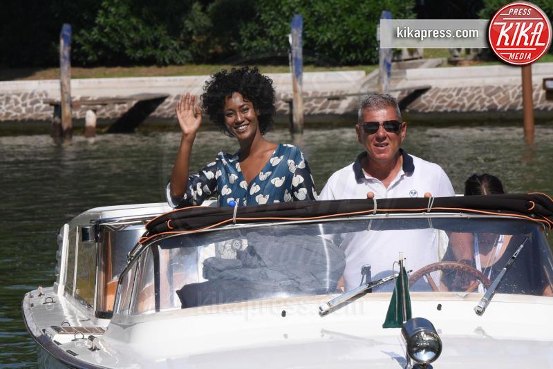 Tezeta - Venezia - 05-09-2018 - Venezia 75: Cristina Dell'Anna mostra felice la sua fede nuziale