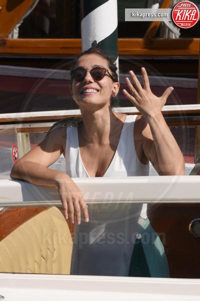 Cristiana Dell'Anna - Venezia - 05-09-2018 - Venezia 75: Cristina Dell'Anna mostra felice la sua fede nuziale