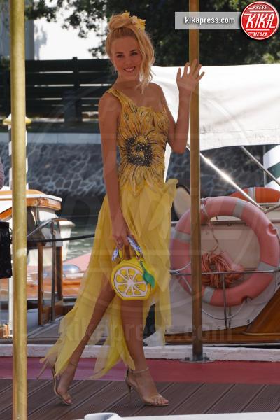 Maria Carolina di Borbone - Venezia - 05-09-2018 - Venezia 75: Cristina Dell'Anna mostra felice la sua fede nuziale