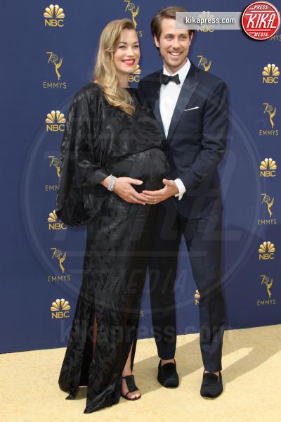 Tim Loden, Yvonne Strahovski - Los Angeles - 17-09-2018 - Emmy 2018: le coppie sul tappeto dorato