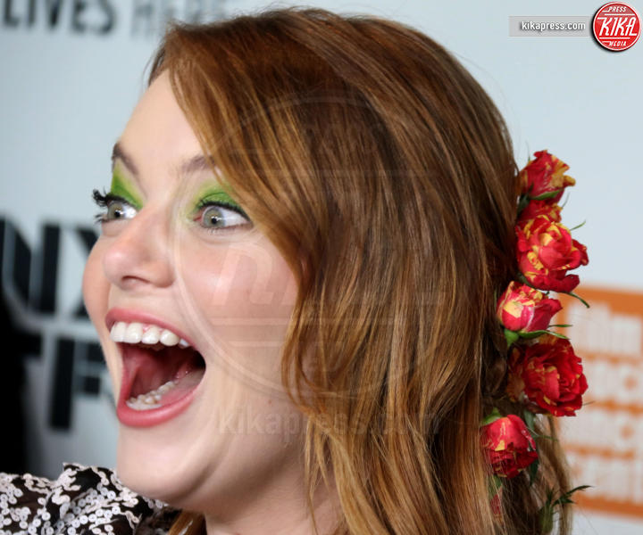 Emma Stone - New York - 28-09-2018 - Paillettes, spalline, loghi in vista: bentornati anni '80!