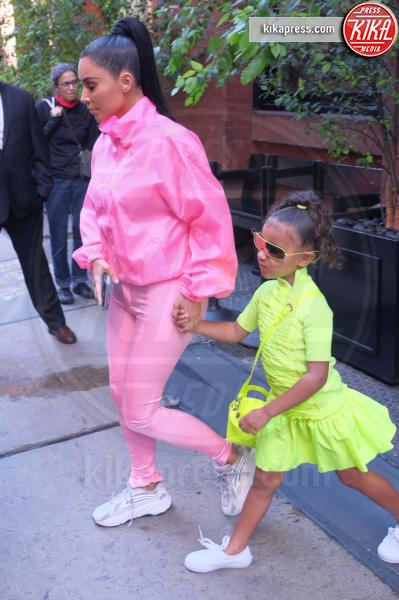 North West, Kim Kardashian - New York - 29-09-2018 - Paillettes, spalline, loghi in vista: bentornati anni '80!