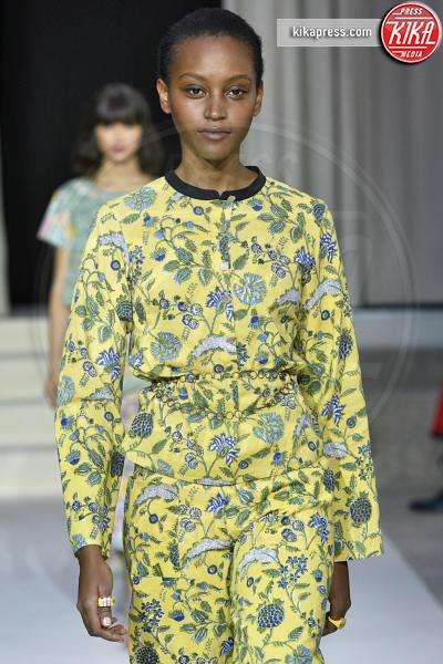 Sfilata Agnes B, Model - Parigi - 01-10-2018 - Paris Fashion Week: la sposa di Agnes B è rosa!