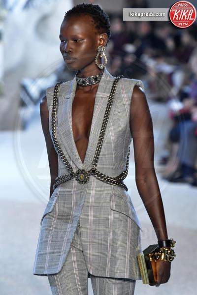 Shanelle Nyasiase, Sfilata Alexander McQueen - Parigi - 01-10-2018 - Paris Fashion Week: la Metamorphosis di Alexander McQueen