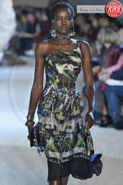 Adut Akech, Sfilata Alexander McQueen - Parigi - 01-10-2018 - Paris Fashion Week: la Metamorphosis di Alexander McQueen