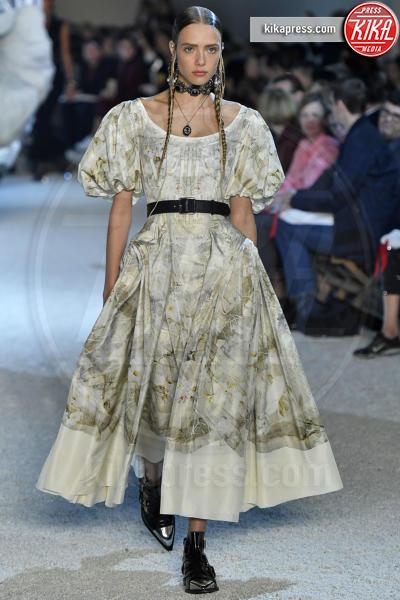 Charlotte Rose Hansen, Sfilata Alexander McQueen - Parigi - 01-10-2018 - Paris Fashion Week: la Metamorphosis di Alexander McQueen