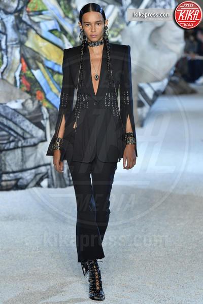 Binx Walton, Sfilata Alexander McQueen - Parigi - 01-10-2018 - Paris Fashion Week: la Metamorphosis di Alexander McQueen