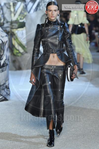 Chai Maximus, Sfilata Alexander McQueen - Parigi - 01-10-2018 - Paris Fashion Week: la Metamorphosis di Alexander McQueen