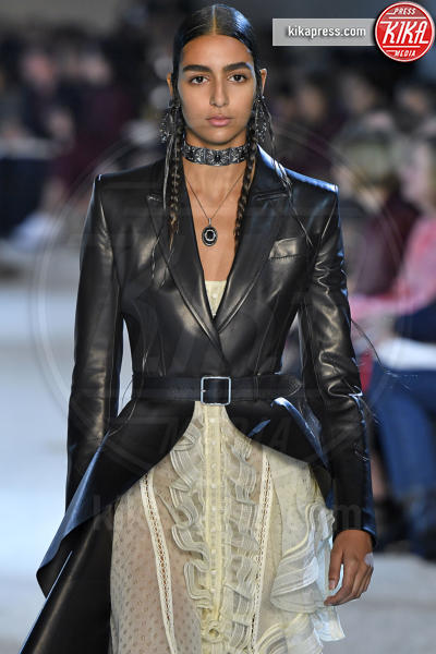 Nora Attal, Sfilata Alexander McQueen - Parigi - 01-10-2018 - Paris Fashion Week: la Metamorphosis di Alexander McQueen