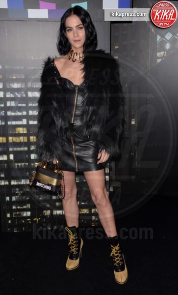 sfilata Moschino, Leigh Lezark, H&M - NYC - 25-10-2018 - Moschino porta Naomi in passerella, Paris Jackson sul red carpet