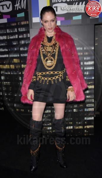 sfilata Moschino, Coco Rocha, H&M - NYC - 25-10-2018 - Moschino porta Naomi in passerella, Paris Jackson sul red carpet
