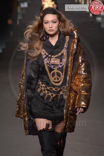 sfilata Moschino, Gigi Hadid, H&M - New York - 25-10-2018 - Moschino porta Naomi in passerella, Paris Jackson sul red carpet