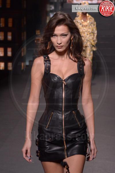 sfilata Moschino, Bella Hadid, H&M - New York - 25-10-2018 - Moschino porta Naomi in passerella, Paris Jackson sul red carpet