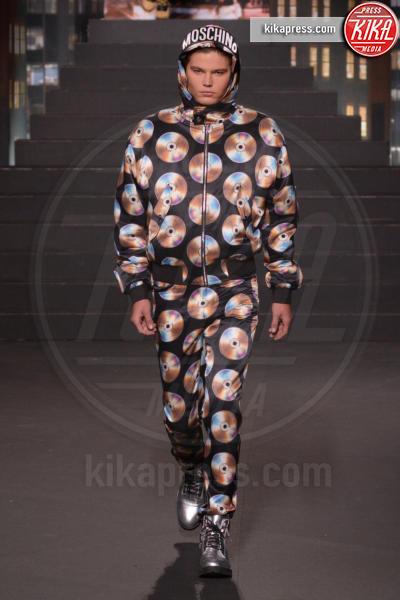 sfilata Moschino, Jordan Barrett, H&M - New York - 25-10-2018 - Moschino porta Naomi in passerella, Paris Jackson sul red carpet