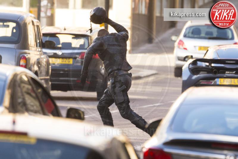 Idris Elba - Glasgow - 26-10-2018 - Un uomo vestito da soldato semina panico a Glasgow