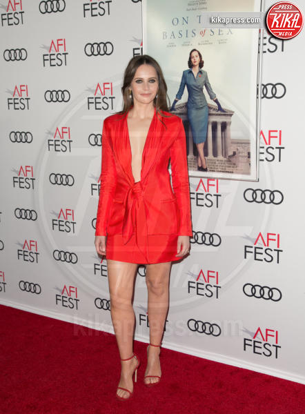 Felicity Jones - Los Angeles - 09-11-2018 - Living Coral, è questo il colore del 2019!