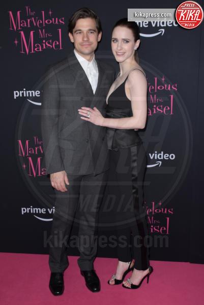 Jason Ralph, Rachel Brosnahan - NYC - 30-11-2018 - Rachel Brosnahan bellissima e innamorata sul red carpet