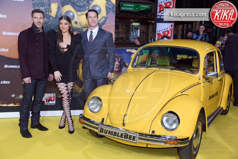 Travis Knight, Hailee Steinfeld, John Cena - Berlino - 03-12-2018 - Hailee Steinfeld: lace-up mozzafiato alla premiere di Bumblebee