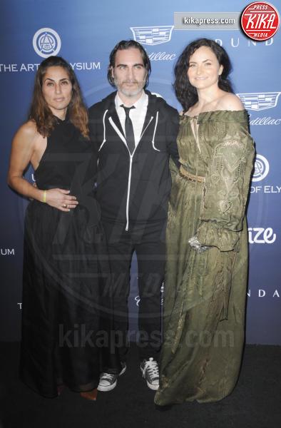 Summer Phoenix, Rain Phoenix, Joaquin Phoenix - Los Angeles - 06-01-2019 - Emily Ratajkowski: regina rossa all'Art of Elysium Heaven Gala