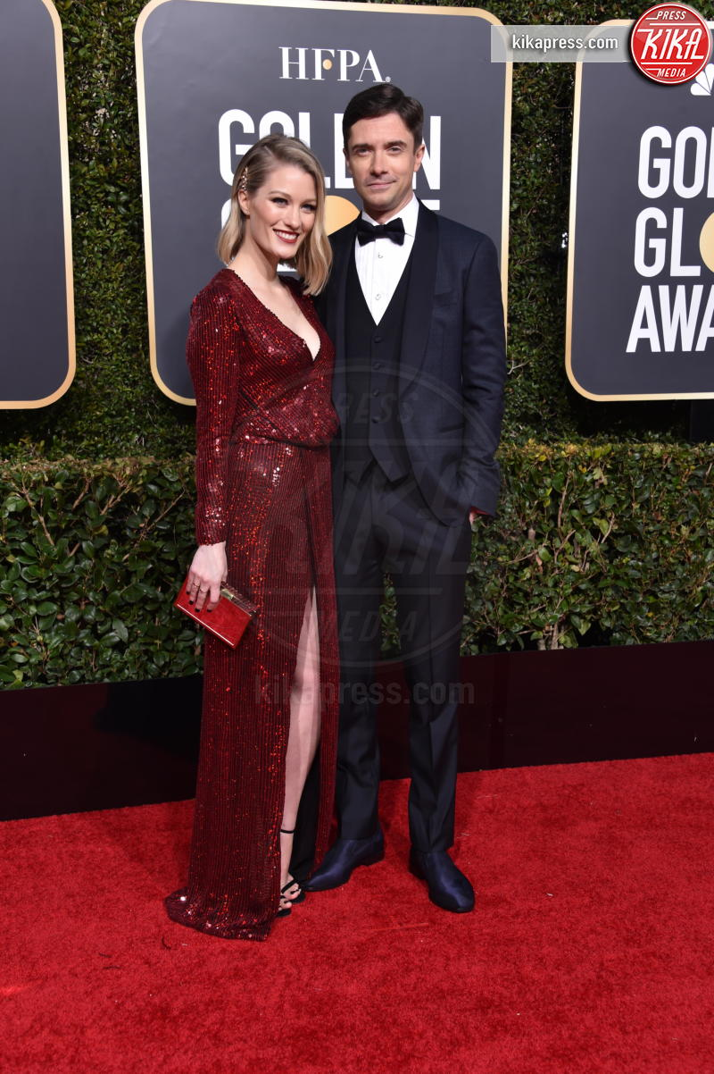 Ashley Hinshaw, Topher Grace - Beverly Hills - 06-01-2019 - Golden Globe 2019: sul red carpet vince... il rosso!
