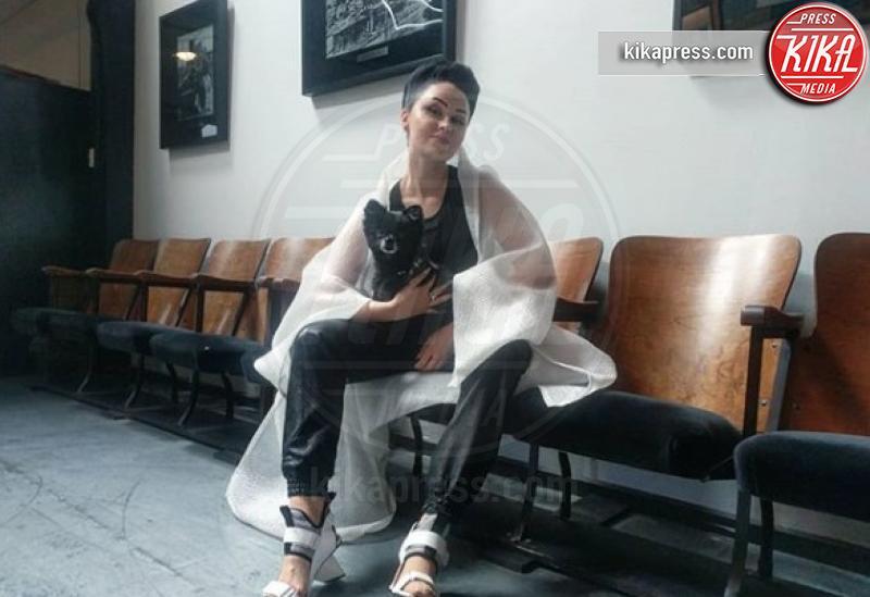 Viktoria Modesta - Parigi - Viktoria Modesta, la prima performer disabile del Crazy Horse