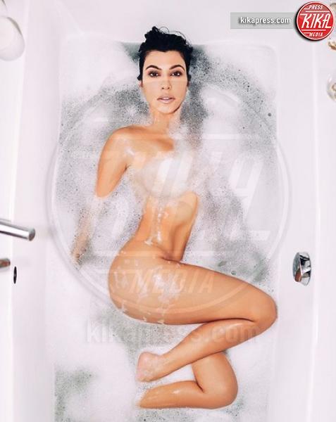 Kourtney Kardashian - Orrori da Photoshop! Chiara Nasti ne esce con eleganza