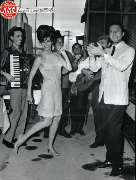 Eduardo De Filippo, Marcello Mastroianni, Raquel Welch - 06-06-1966 - In vendita a Velletri la villa di Eduardo De Filippo