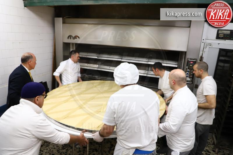 Bar Gambrinus, Michele Sergio - Napoli - Al bar Gambrinus, la pastiera napoletana più grande del mondo